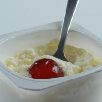 Fat-free yogurt with fresh fruit is a low-fat, low-calorie lunch item.