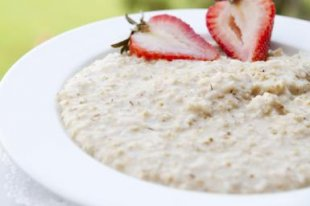 Oatmeal and strawberries for breakfast in a daily meal plan. - James And James/Stockbyte/Getty Images